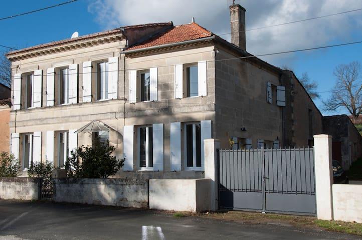 Maison en pierre rénovée avec piscine - Saint-Ciers-de-Canesse - Huis