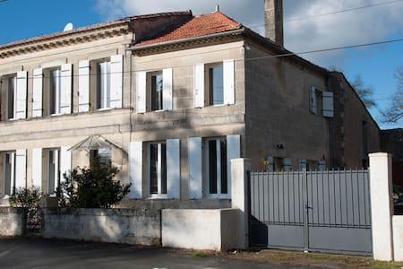Maison en pierre rénovée avec piscine - Saint-Ciers-de-Canesse
