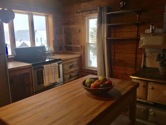 Cozy Adirondack Farmhouse - Lake Placid - Lägenhet