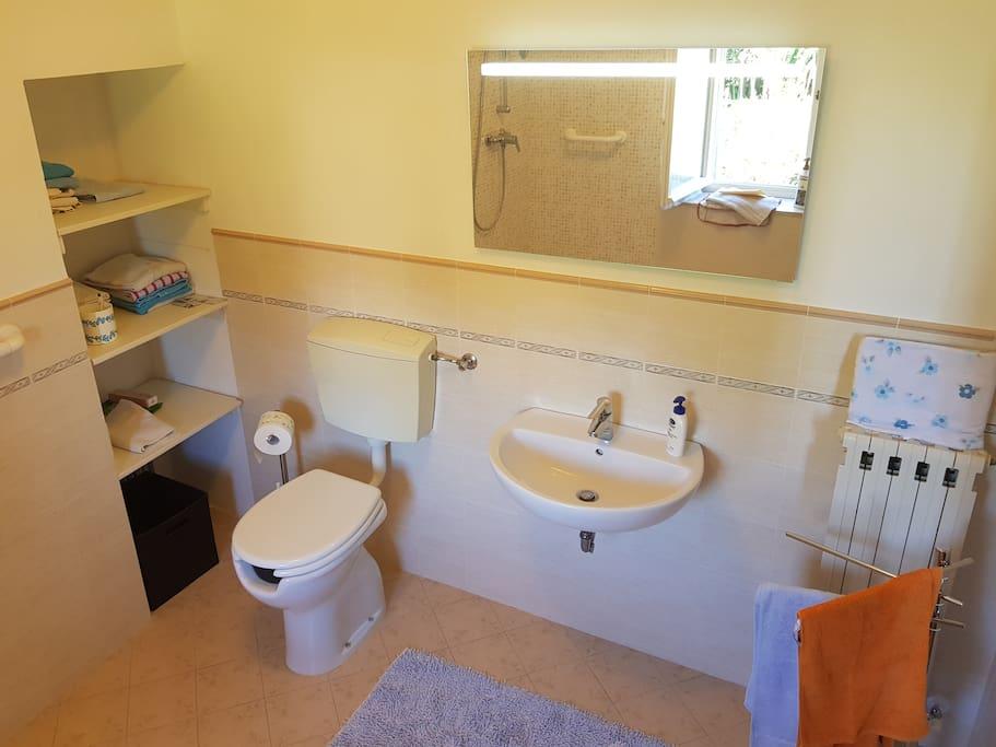 Il bagno nuovo, ristrutturato, dotato di wc, doccia e bidet