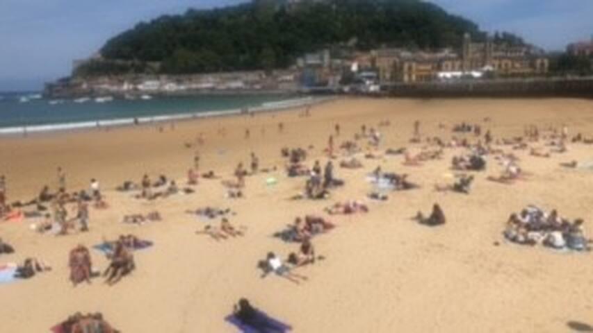 La playa de La Concha de día