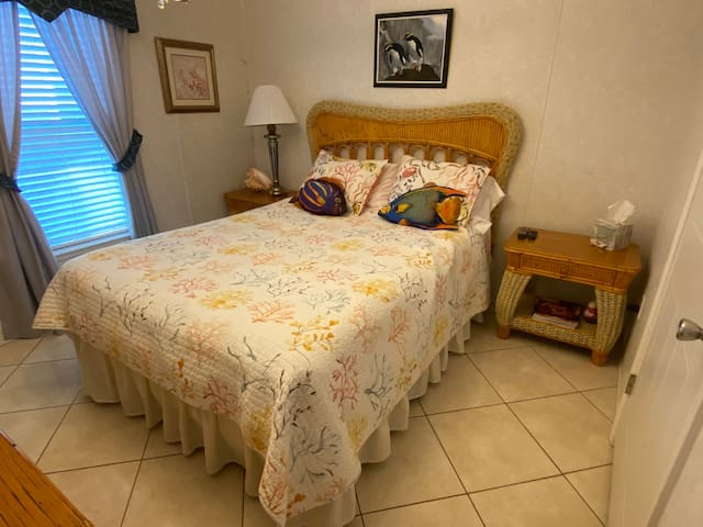 "Clean ""Queen Bedroom"" near Naples / Marco Island"