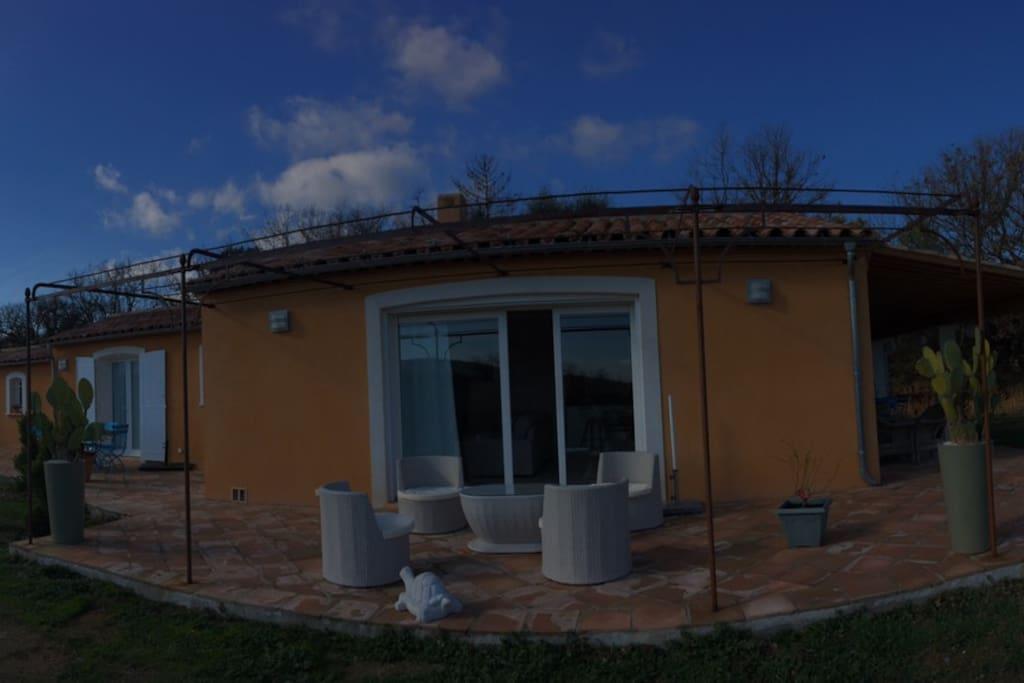 Tres belle terrasse tout autour de la maison 90m