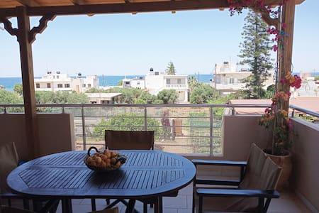 Μεγάλο μπαλκόνι για χαλάρωση με θέα θάλασσα .