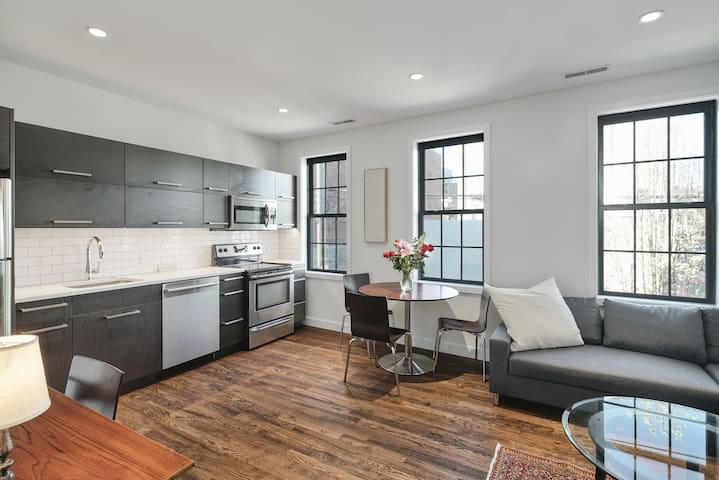 Large Carriage House in Heart of Queen Village