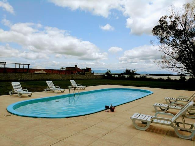 Casa de praia  com piscina e vista para a lagoa.