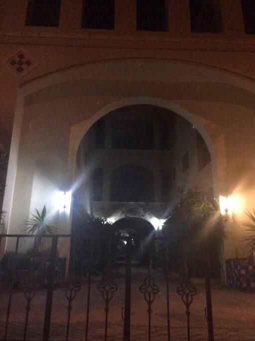 Résidence L'Andalouse durant la nuit