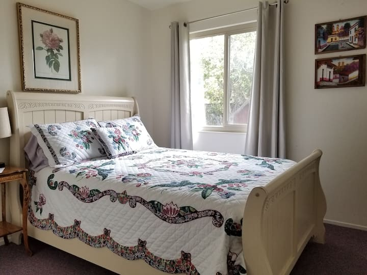 Comfy room a few mins from Monterey!