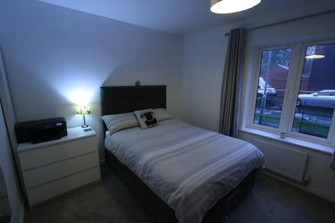 Spacious Room with double bed close to Gatwick