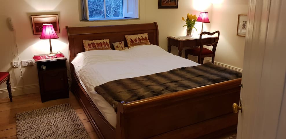 Private room & bathroom in historical cottage