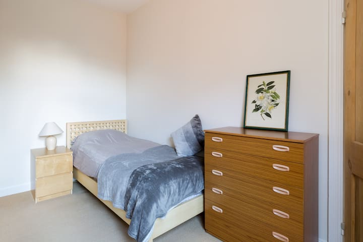 Spacious single room in comfortable Earlsdon home