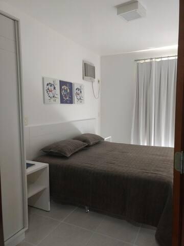Quarto com armário, cama box queem e ar condicionado