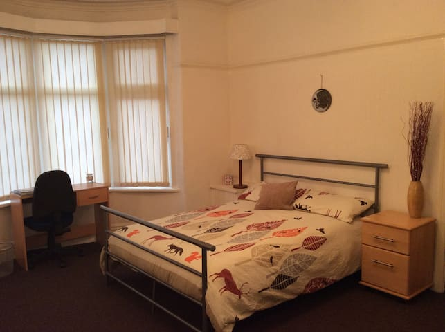 Well Presented Room Available - Stretford - Ev