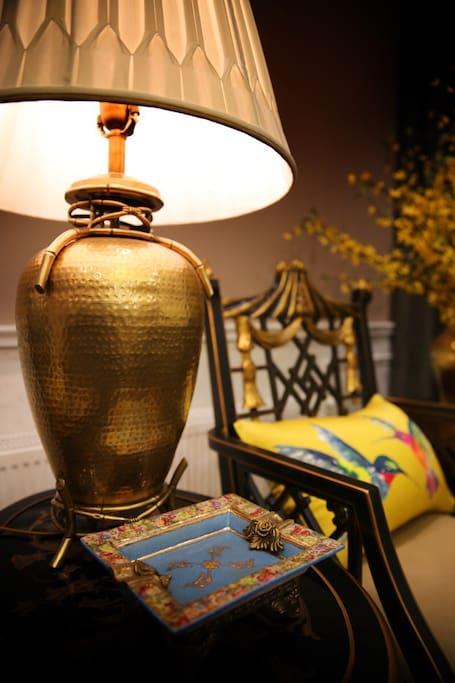 客厅的一角特写,柔和的灯光让人倍感温馨宾至如归!