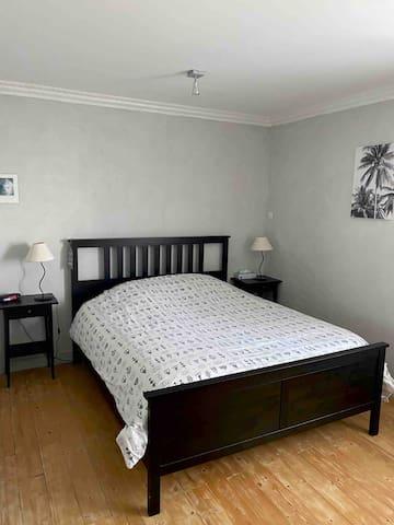 Grande chambre . Équipée d un lit en 160 , dressing et télévision
