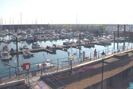 Harbour View Apartment sleeps 6, free parking - Брайтон