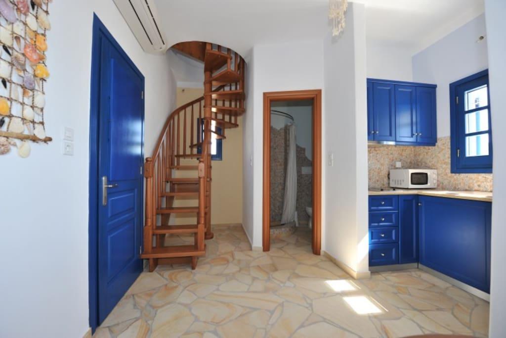 cucinotto e scala per camera da letto superiore