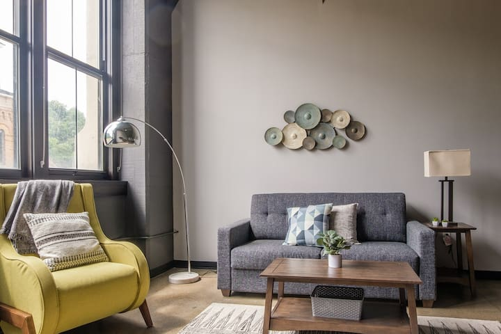 Comfy + Chic 1BR Apt in the Strip District