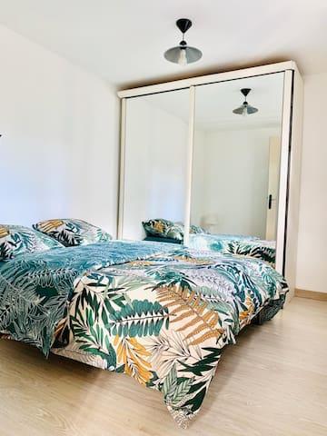 Chambre a coucher lit 140x190 avec rangement  et linge  de lit  fournis