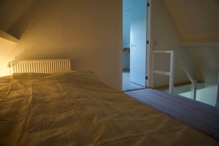Ruime overloop met 2 persoons bed (140 x200 cm) eventueel op te splitsen in 2 losse bedden