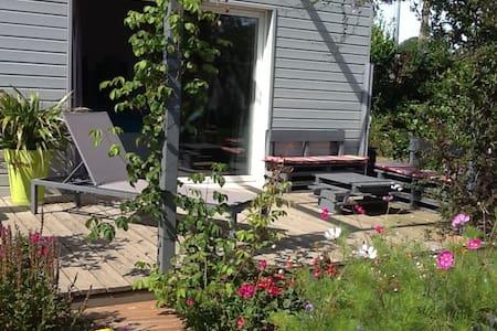 Chambre d'hôte très spacieuse dans jardin fleuri - Binic - Penzion (B&B)