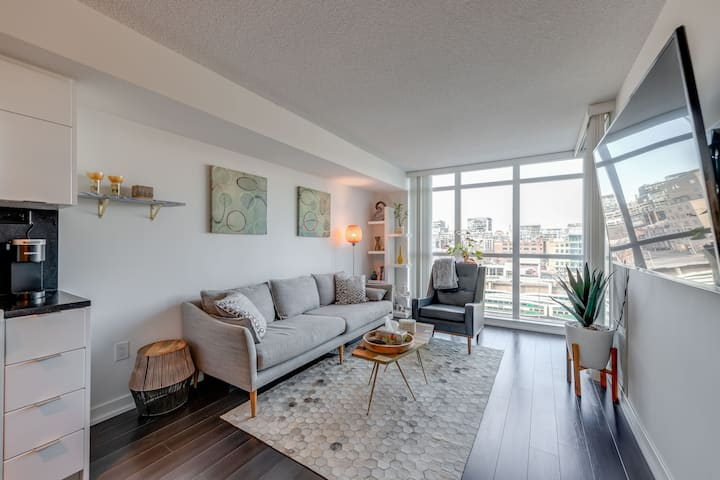 1BR1BA Suite w/Large Balcony Close to Attractions!