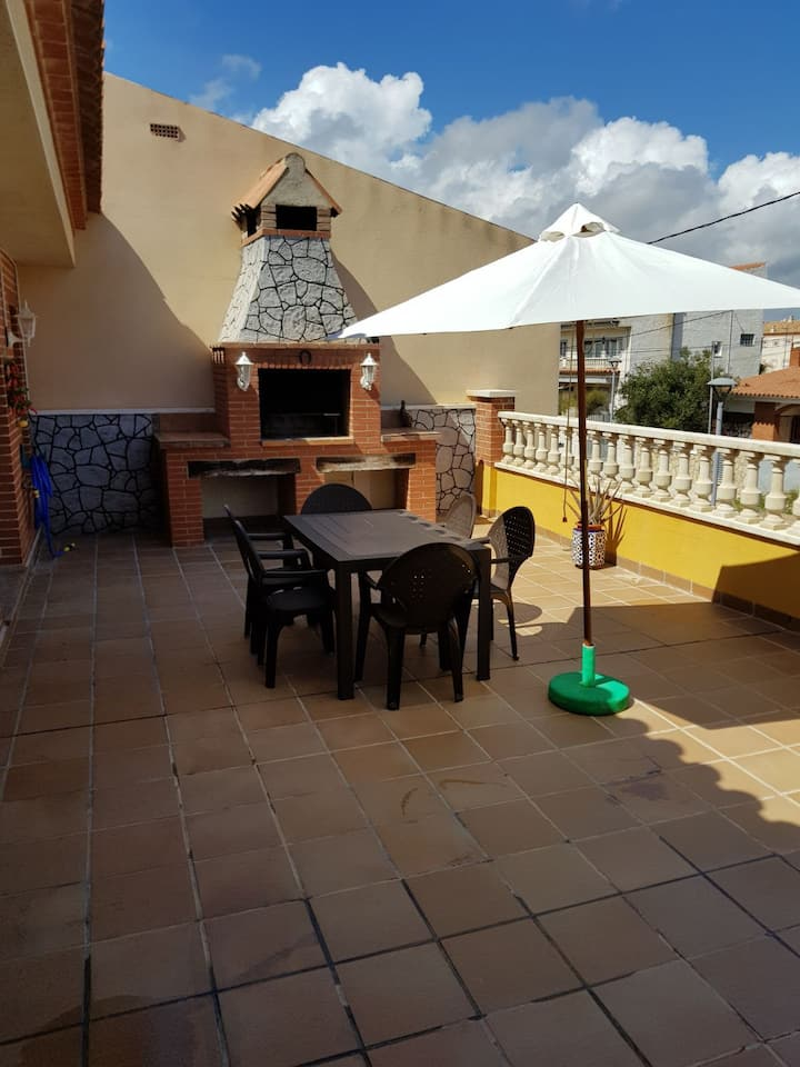 Spacious apartment with BBQ, WIFI and AC free