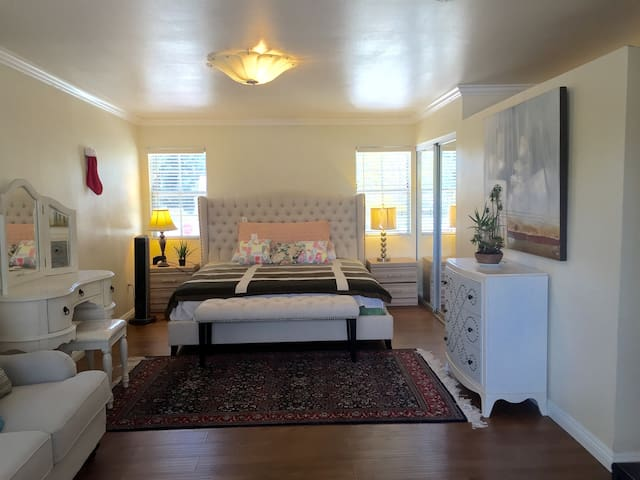 尔湾市.大学公园社区. 梅花公寓2-3标准大套房间