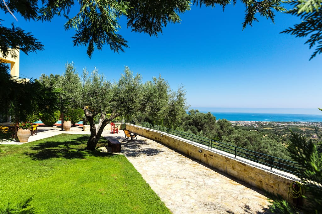 Garden area offers panoramic views from any angle