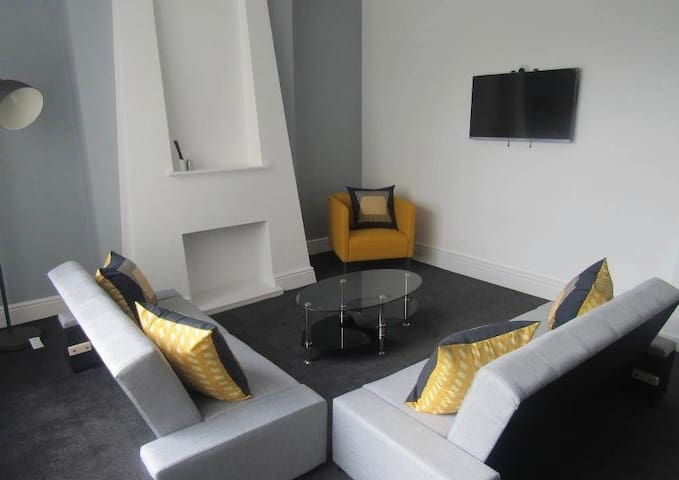 Spacious Modern Two Storey Apartment Liverpool