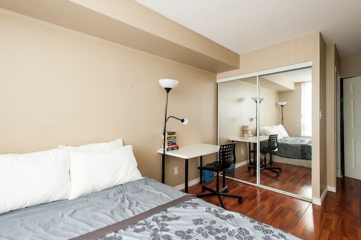 With direct Subway Access! large 2 bedroom condo. - Toronto - Apartemen