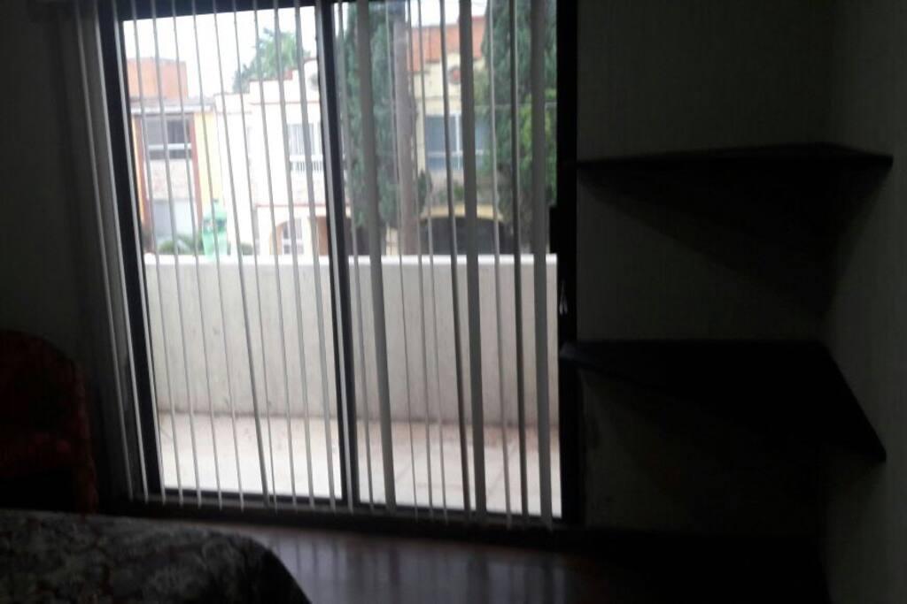 balcón de recamara con cama matrimonial primer piso