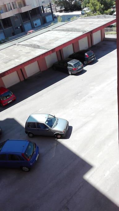 Parcheggio auto in proprietà privata.