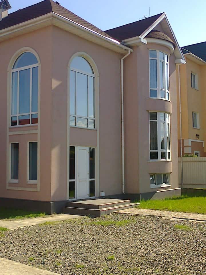 Дом двухэтажный  от г. Киева 3 км.