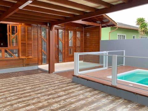Espaço inteiro: Casa com piscina próximo à praia