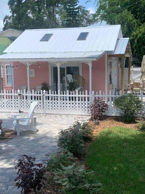 """Little Pink House""-hidden gem in the 💗 of Uptown"