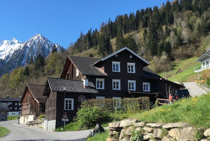 Uriges Bauernhaus im Brandnertal - Bürserberg - House