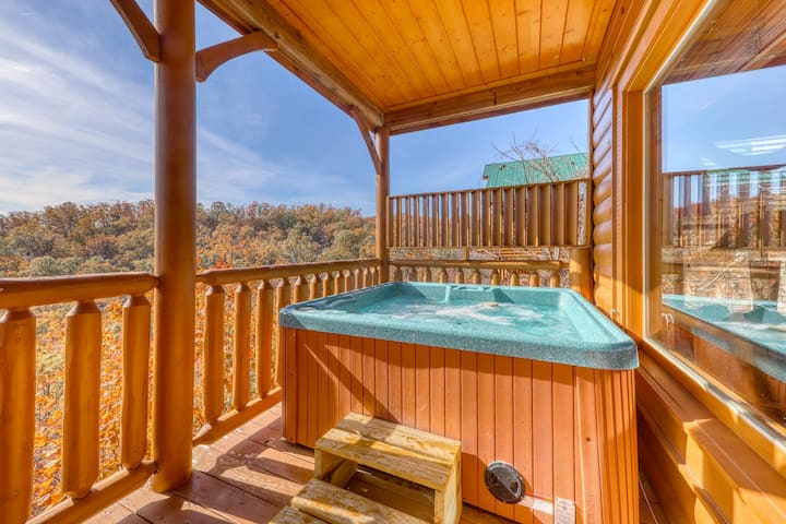 Log cabin w/ a private hot tub & amazing mountain views