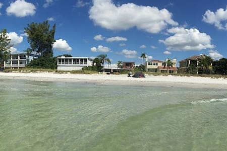 Luxurious beach house with warm pool. - Casa