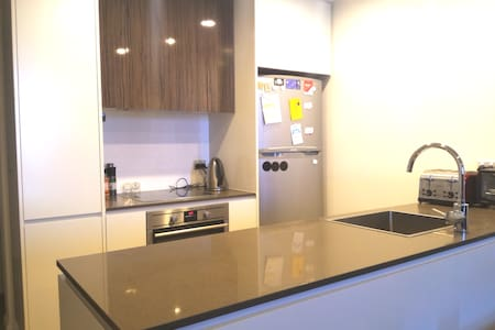 1BR modern apartment 8 mins away from the city - Barton - Wohnung