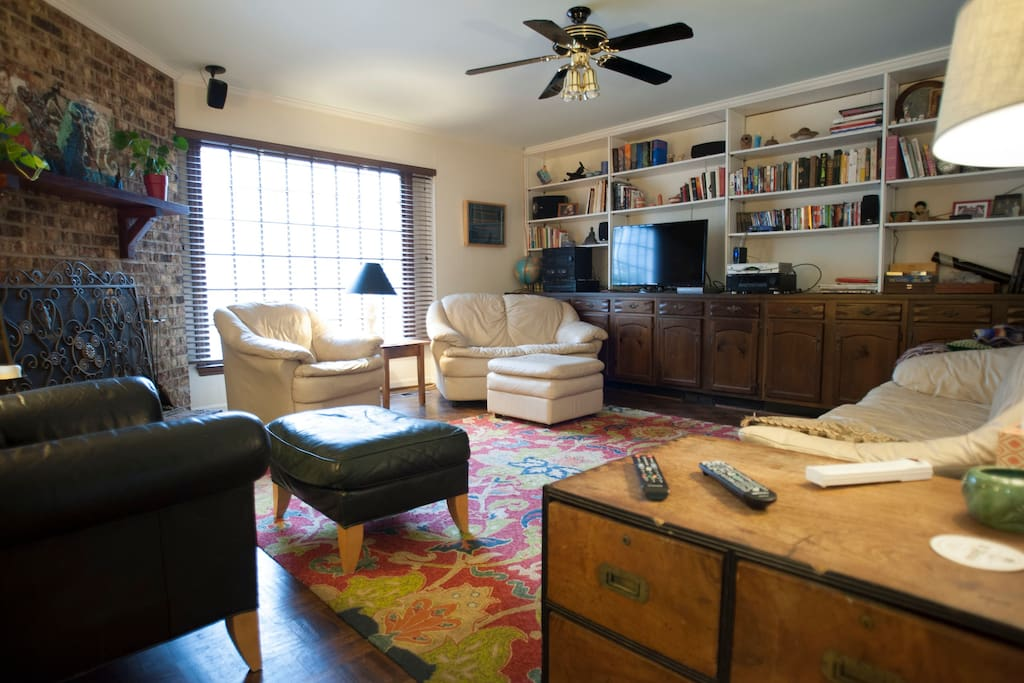 Family Room seats 7 or more, Ceiling Fan, Cable TV, Stereo