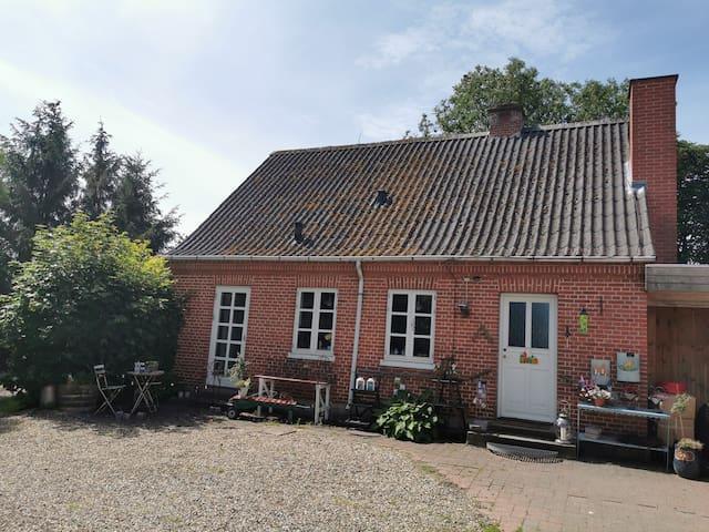 Det lille hus, idyllisk på landet med fjordkig!