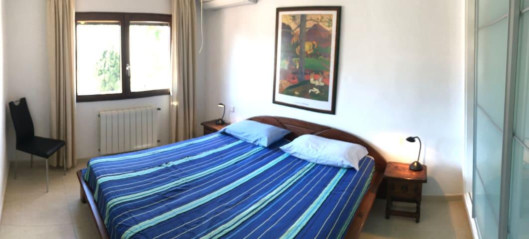 Schlafzimmer mit Kingsize Bett 180x200cm, Einbauschrank, Klima, Deckenventilator, Fliegengitter