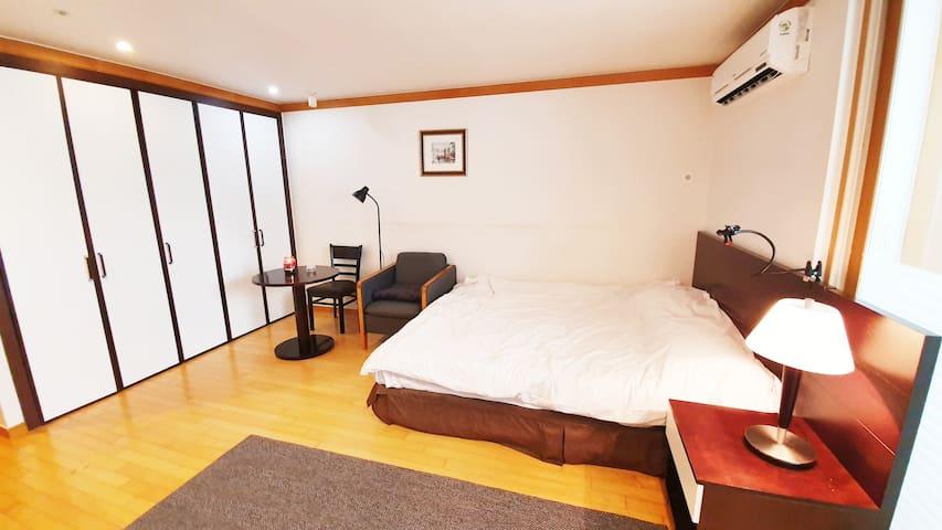 Bed / ベッド, Table #1 /テーブル