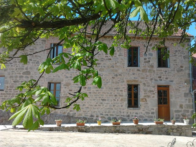 Chambre privée dans maison  proche Vulcania - Charensat - Dům