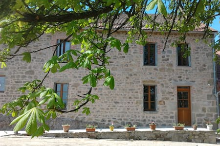 Chambre privée dans maison  proche Vulcania - Charensat - บ้าน