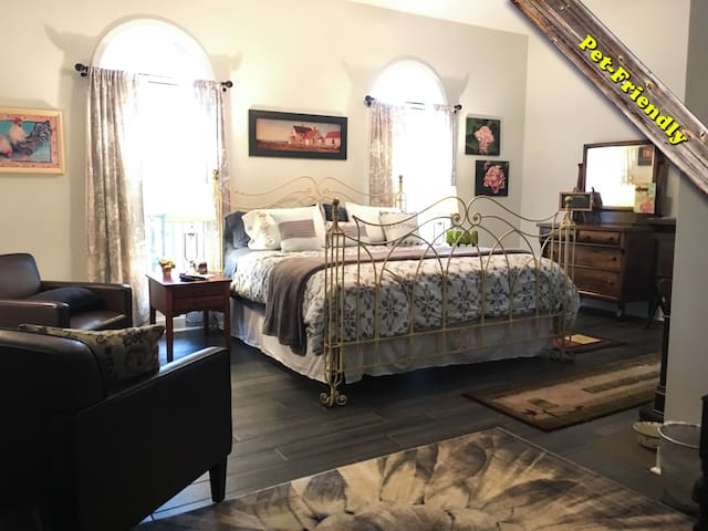B&B - Hydrangea Room: King Bed, Private Bath, Pets
