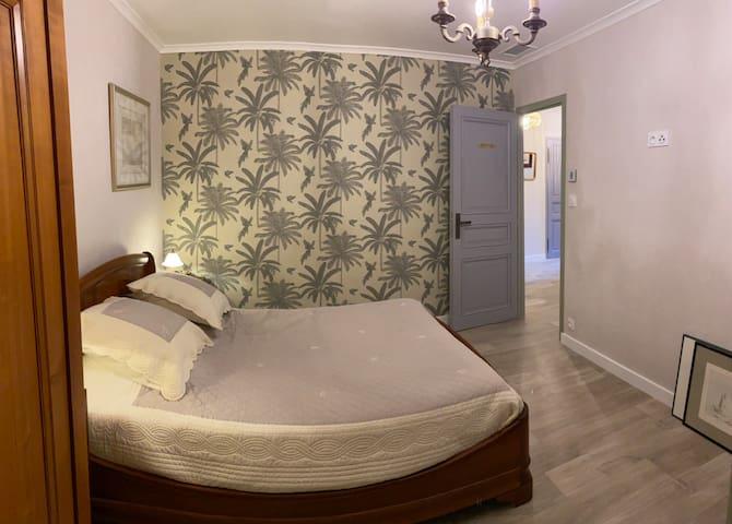Chambre 13 m2 avec placard et armoire. TV