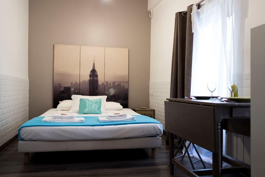 Studio équipé d'un lit en 160, d'une table à manger et de rangements