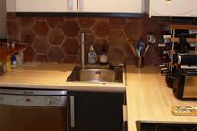 La cuisine équipée (four, micro-ondes, cafetière Nespresso, lave-vaisselle, etc